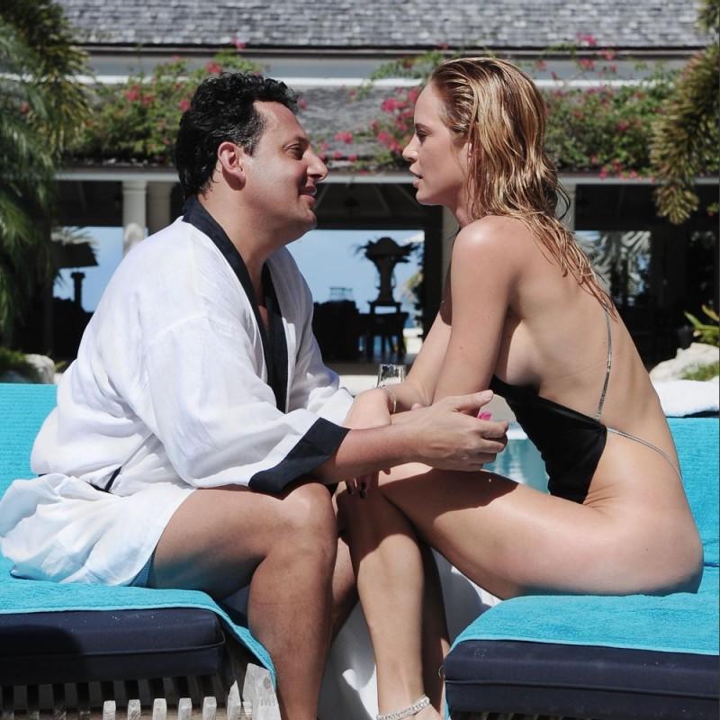 Enrico Brignano in un'immagine del 'cine-cocomero' Un'estate ai Caraibi