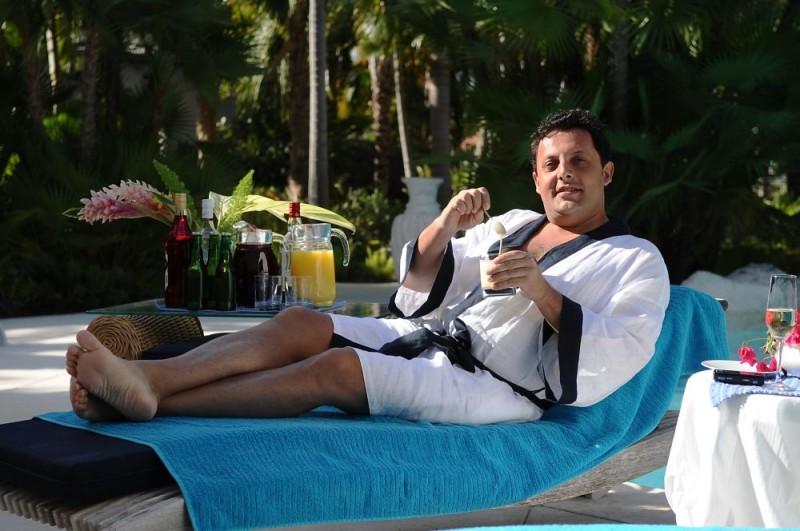 Enrico Brignano in una scena del film Un'estate ai Caraibi