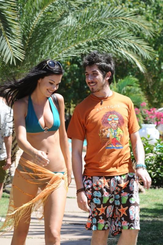 Jayde Nicole e Paolo Ruffini in un'immagine del film Un'estate ai Caraibi