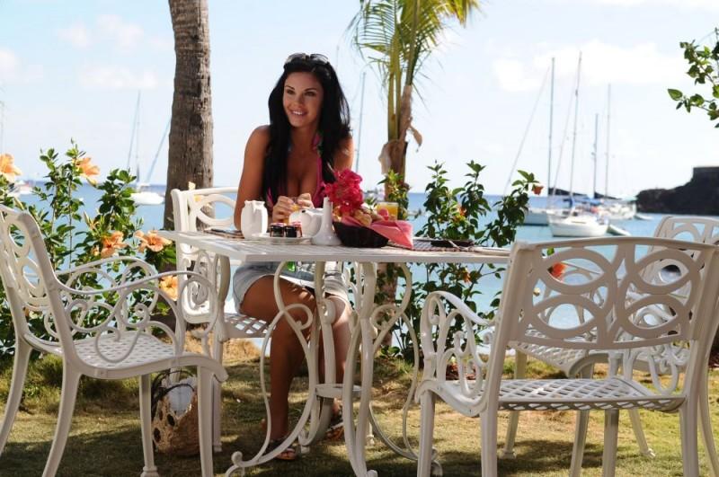 Jayde Nicole in una sequenza del film Un'estate ai Caraibi