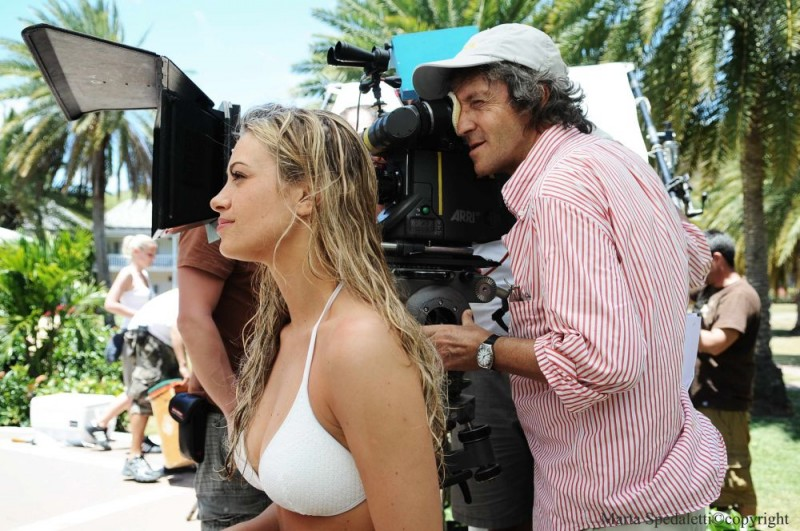 Martina Stella e il regista Carlo Vanzina sul set del film Un'estate ai Caraibi