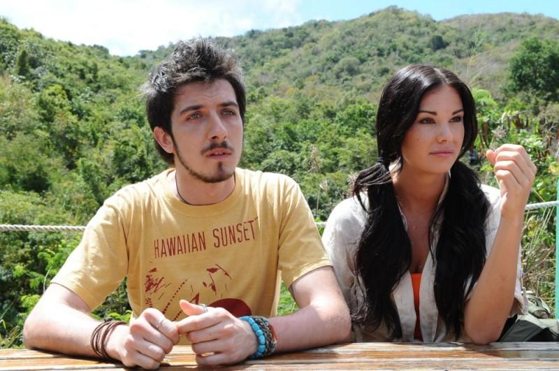 Paolo Ruffini e Jayde Nicole in un'immagine del film Un'estate ai Caraibi