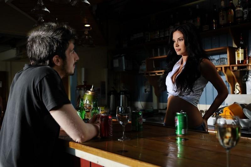 Paolo Ruffini e Jayde Nicole in una sequenza del film Un'estate ai Caraibi
