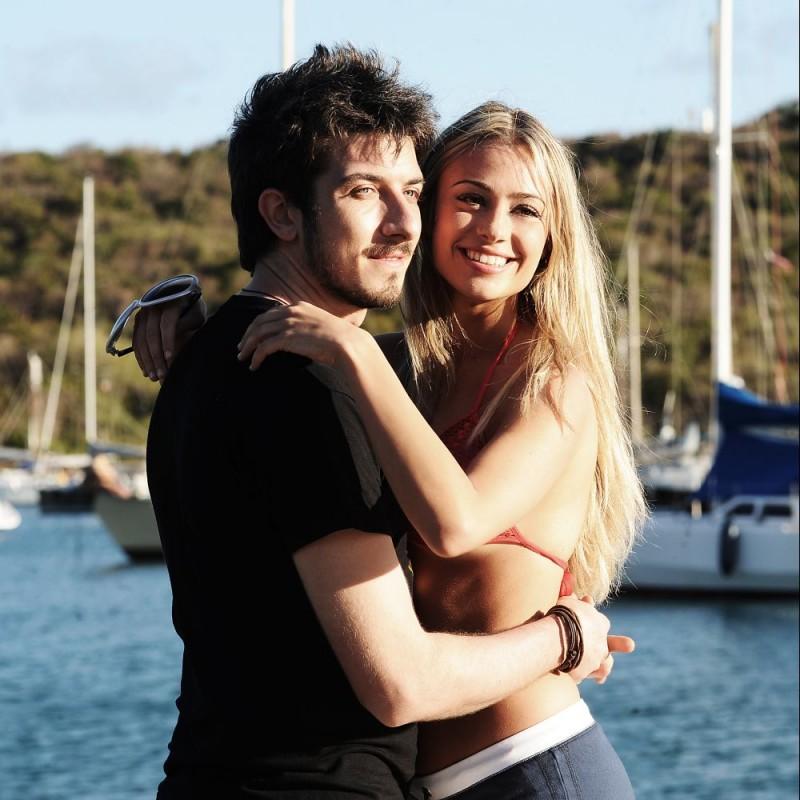 Paolo Ruffini e Martina Stella in una scena del film Un'estate ai Caraibi