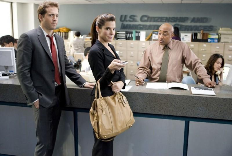 Ryan Reynolds e Sandra Bullock in una scena del film Ricatto d'amore