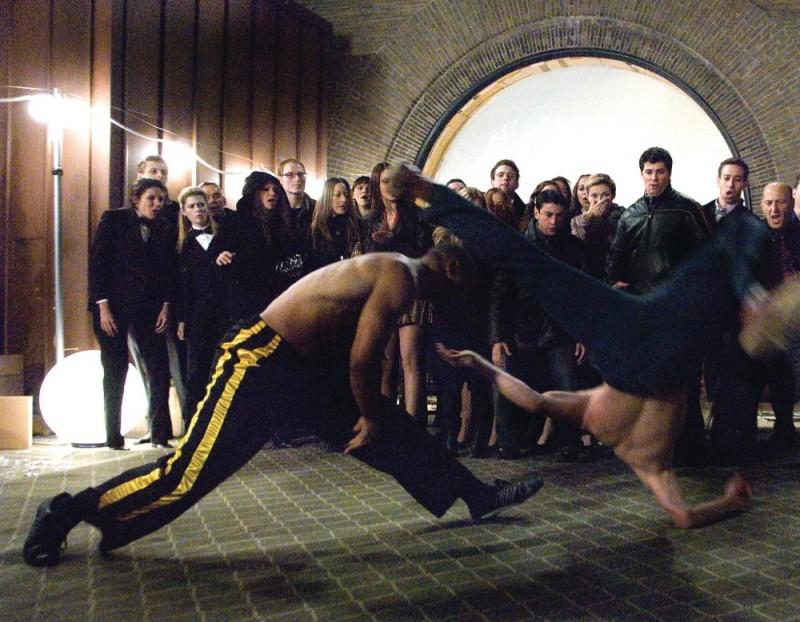 Una scena di combattimento acrobatico del film Fighting