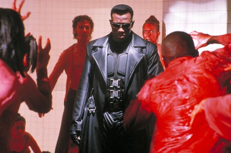 Wesley Snipes in mezzo a un gruppo di vampiri nel film 'Blade'