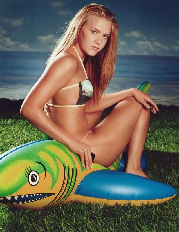Dominique Swain in bikini