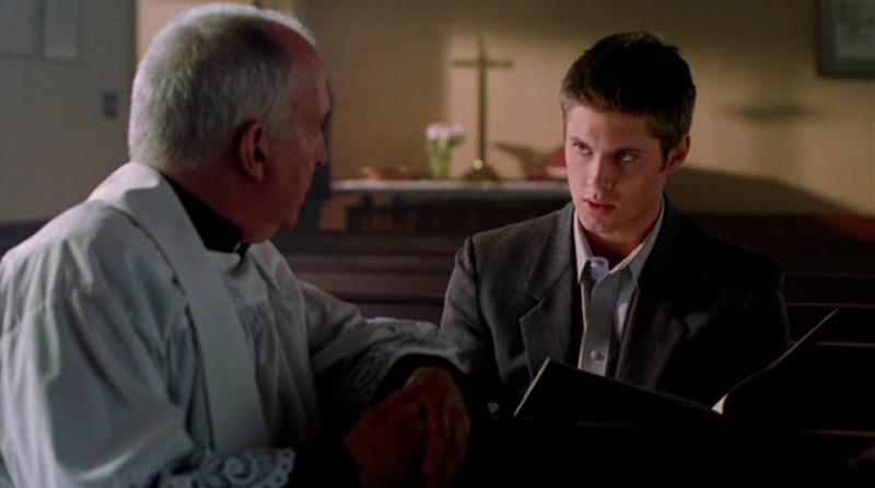 Jensen Ackles(Jake) e John Innes(Padre Moore) nel film 'Devour'