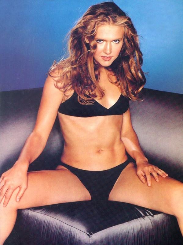 Una foto di Dominique Swain in bikini, su divano