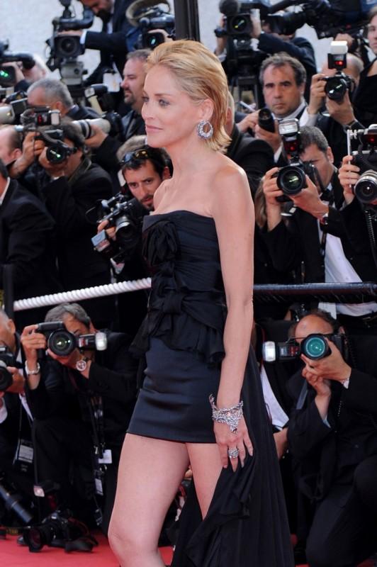 Cannes 2009: Sharon Stone indossa orecchini, anello e bracciale della collezione Cincillà di Damiani, realizzati in diamanti bianchi e grigi su oro bianco e brunito