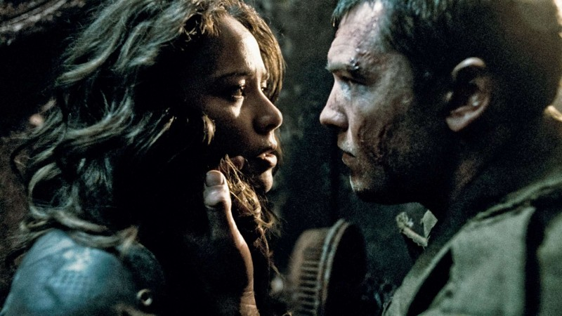 Moon Bloodgood e Sam Worthington in una scena del film Terminator Salvation