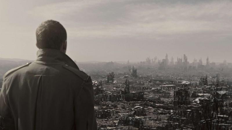 Sam Worthington guarda una Los Angeles distrutta dopo il Giorno del Giudizio in una scena di Terminator Salvation