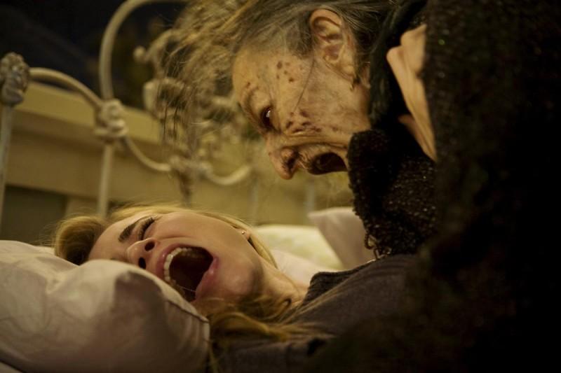 Alison Lohman e Lorna Raver in una scena del film horror Drag Me to Hell
