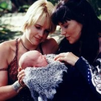 Lucy Lawless e Renée O'Connor in una scena del serial Xena