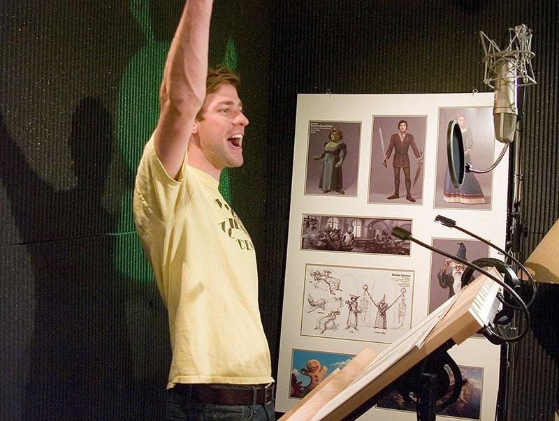 Una foto di John Krasinski durante il doppiaggio di Lancillotto