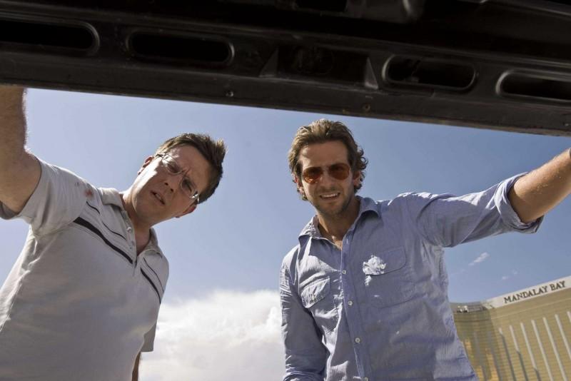 Ed Helms e Bradley Cooper in una scena del film Una notte da leoni