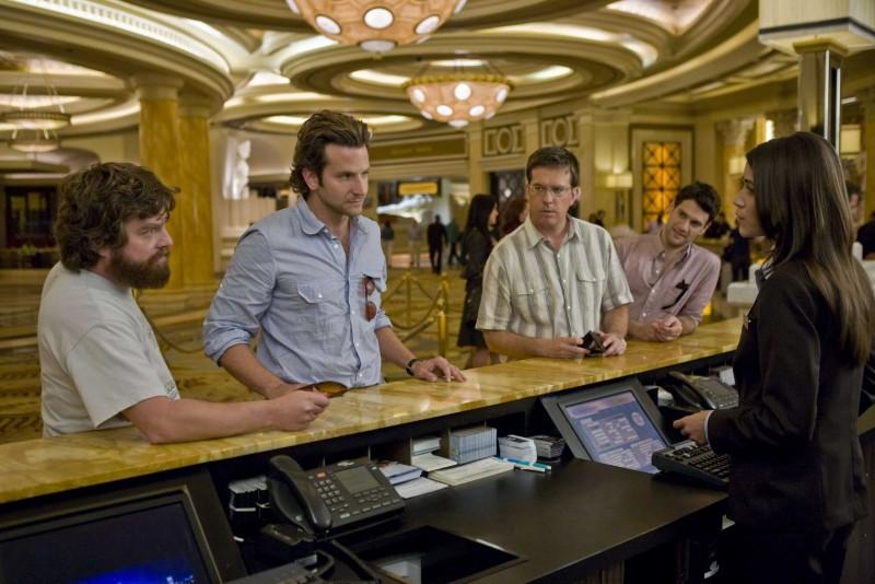 Zach Galifianakis, Bradley Cooper, Ed Helms e Justin Bartha e in una scena del film Una notte da leoni