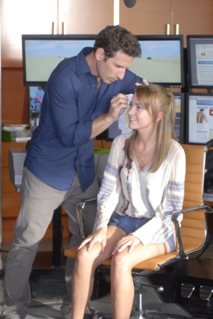 Mark Feuerstein e Meredith Hagner in una scena del pilot di Royal Pains