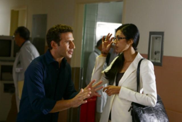Mark Feuerstein e Reshma Setty nel pilot di Royal Pains