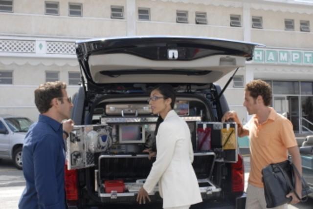 Mark Feuerstein, Reshma Shetty e Paulo Costanzo in una scena del pilot di Royal Pains