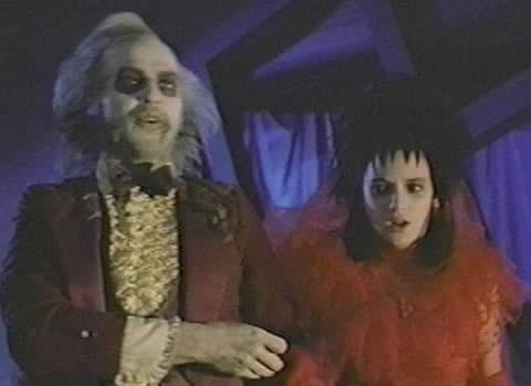 Michael Keaton e Winona Ryder in una scena Beetlejuice - Spiritello porcello