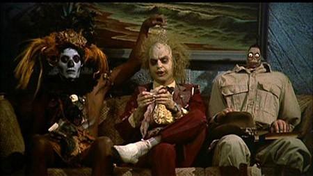 Michael Keaton in una divertente scena di Beetlejuice - Spiritello porcello