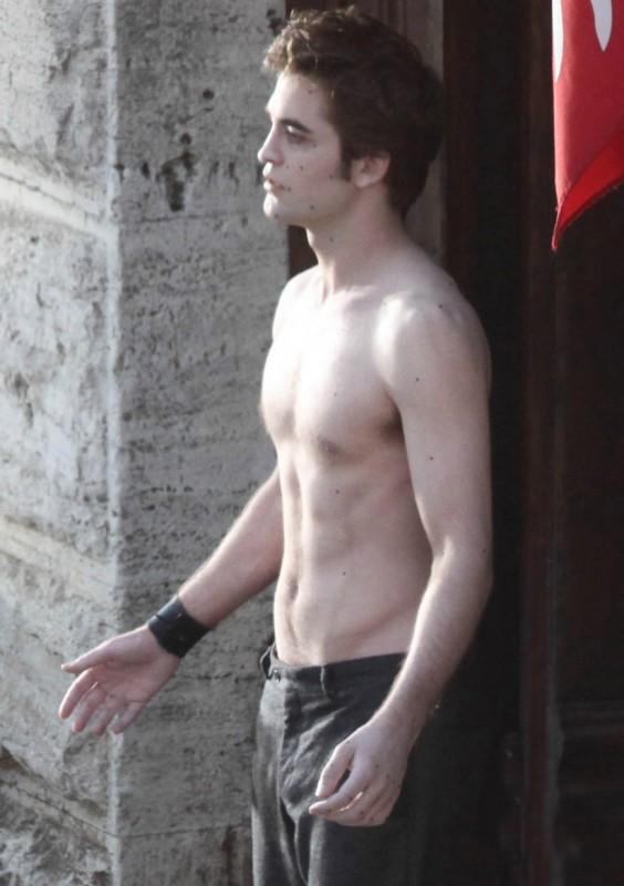 Robert Pattinson a torso nudo, durante le riprese di New Moon, sul set italiano del sequel di Twilight