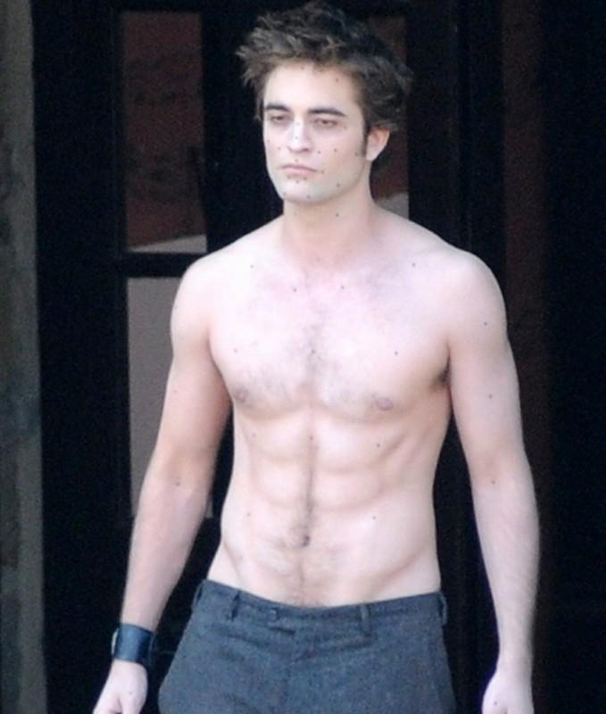 Robert Pattinson a torso nudo durante le riprese di Twilight: New Moon, sul set italiano del film