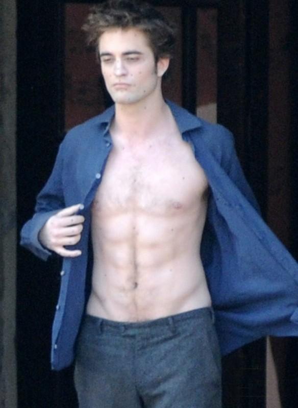 Robert Pattinson a torso nudo, gira una scena drammatica di New Moon, sul set di Montepulciano