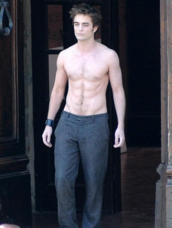 Robert Pattinson a torso nudo, gira una scena drammatica di New Moon, sul set italiano del sequel di Twilight