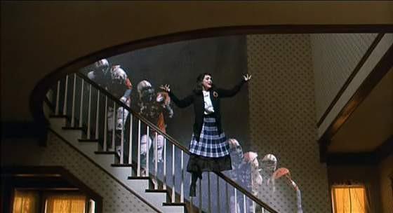 Winona Ryder balla il calipso nel finale di Beetlejuice - Spiritello porcello