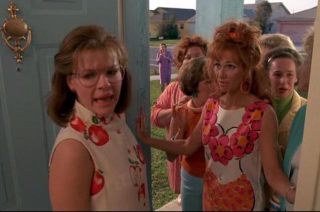 Dianne Wiest, Kathy Baker, Conchata Ferrell e Caroline Aaron in una scena di Edward mani di forbice