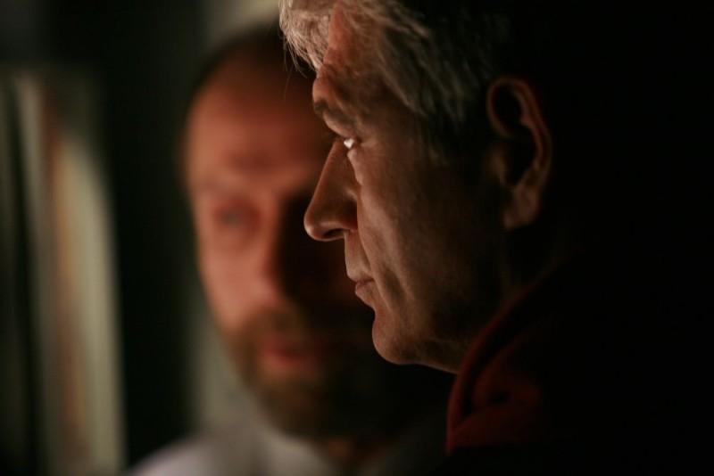 Fabrizio Bentivoglio in un'immagine della miniserie Nel nome del male