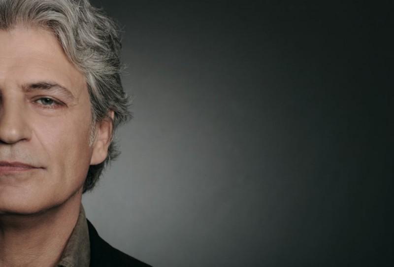 Fabrizio Bentivoglio in una foto promozionale della miniserie Nel nome del male