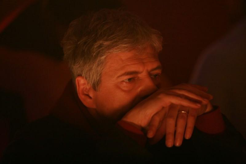 Fabrizio Bentivoglio in una sequenza della miniserie Nel nome del male