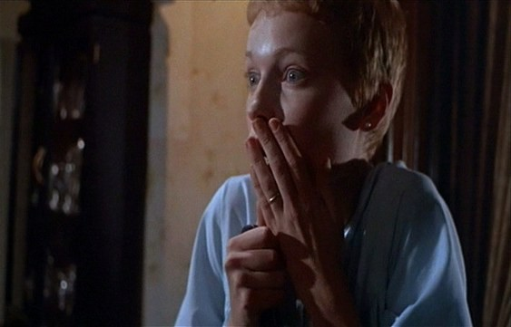 Mia Farrow è Rosemary Woodhouse nel film Rosemary's baby - Nastro rosso a New York