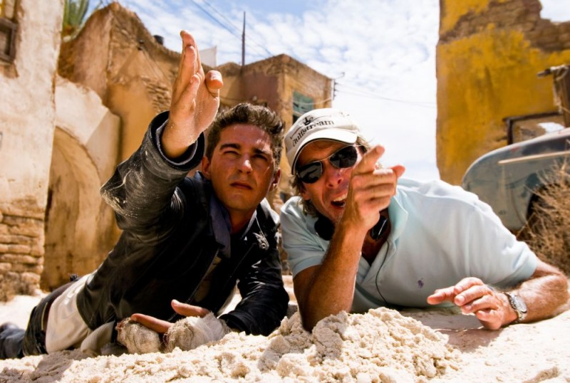 Shia LaBeouf e il regista Michael Bay sul set del film Transformers - La vendetta del caduto