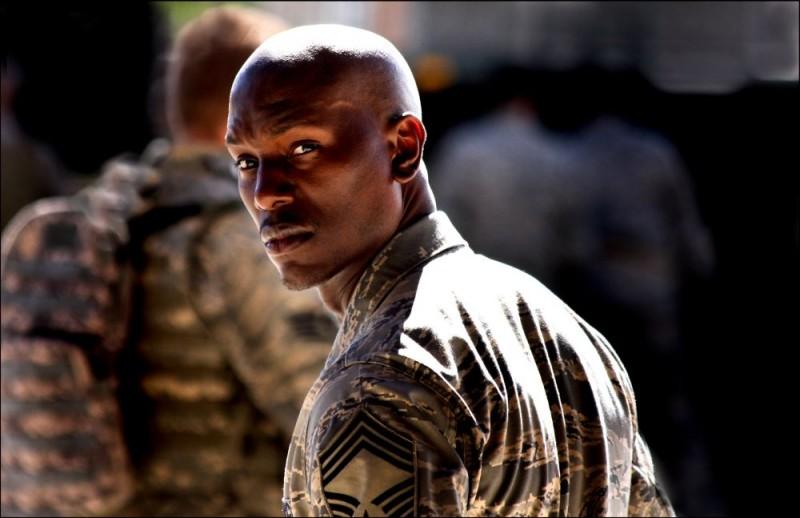 Tyrese Gibson in una scena del film Transformers - La vendetta del caduto