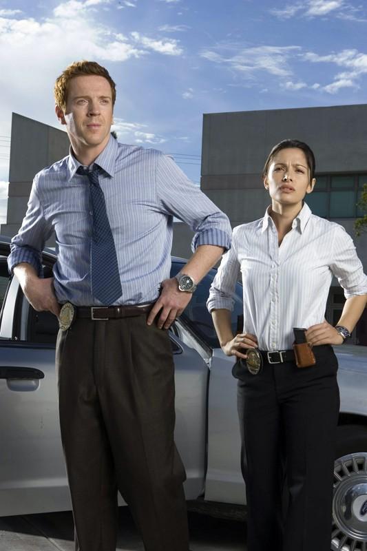 Sarah Shahi e Damian Lewis in una foto promo per la prima stagione di 'Life'