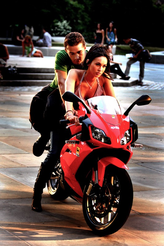 Megan Fox con Shia LaBeouf in una scena del film Transformers - La vendetta del caduto