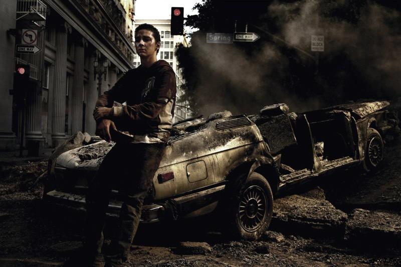 Una foto promo di Shia LaBeouf appoggiato ad una macchina per il film Transformers