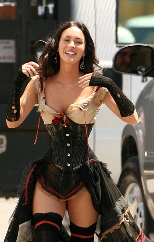Una sorridente Megan Fox sul set del film Jonah Hex