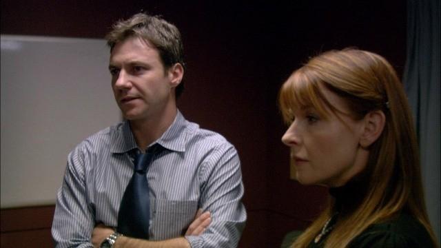 Chris Vance e Jacqueline McKenzie nel pilot della serie Mental