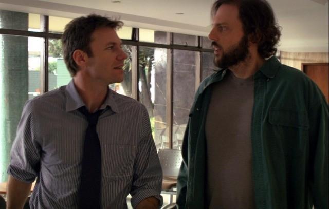 Chris Vance e la guest star Silas Weir Mitchell nel pilot della serie Mental
