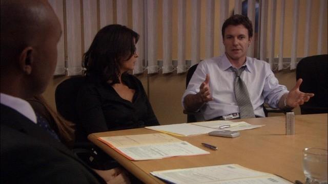 Chris Vance ed Annabella Sciorra nel pilot della serie Mental