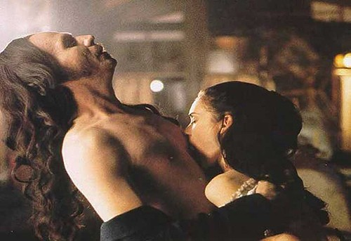 Gary Oldman con Winona Ryder in una sensualissima scena del film Dracula di Bram Stoker