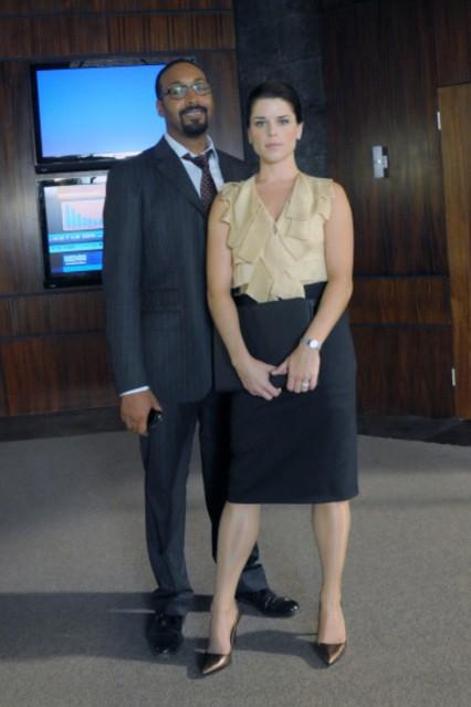 Jesse L. Martin e Neve Campbell in una foto promozionale della serie TV The Philanthropist