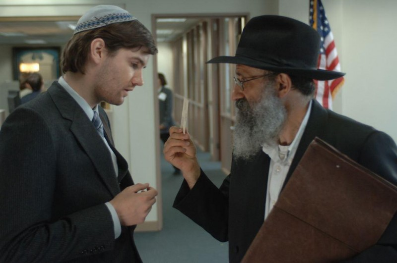 Jim Sturgess in una scena del film Crossing Over