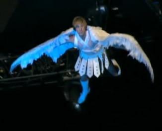 MTV Movie Awards 2009: Sacha Baron Cohen si cala sul pubblico travestito da angelo